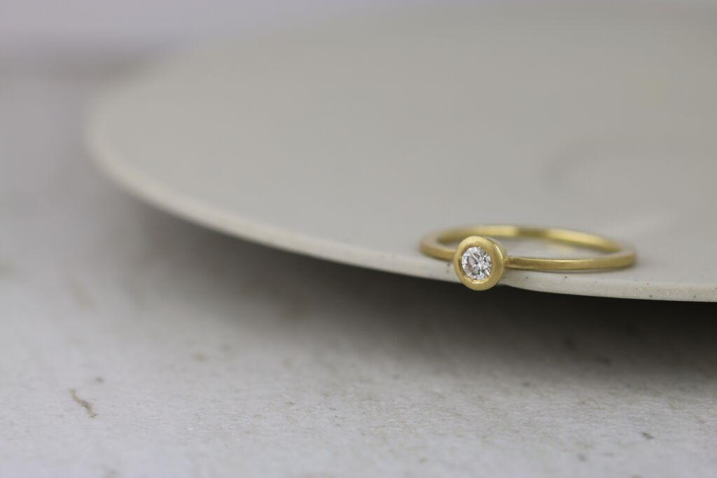 18ct collet diamond ring
